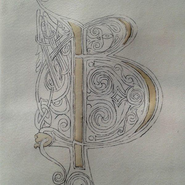 """Initiale B celtique. Application du """"mordant"""" avant la pose de l'or."""